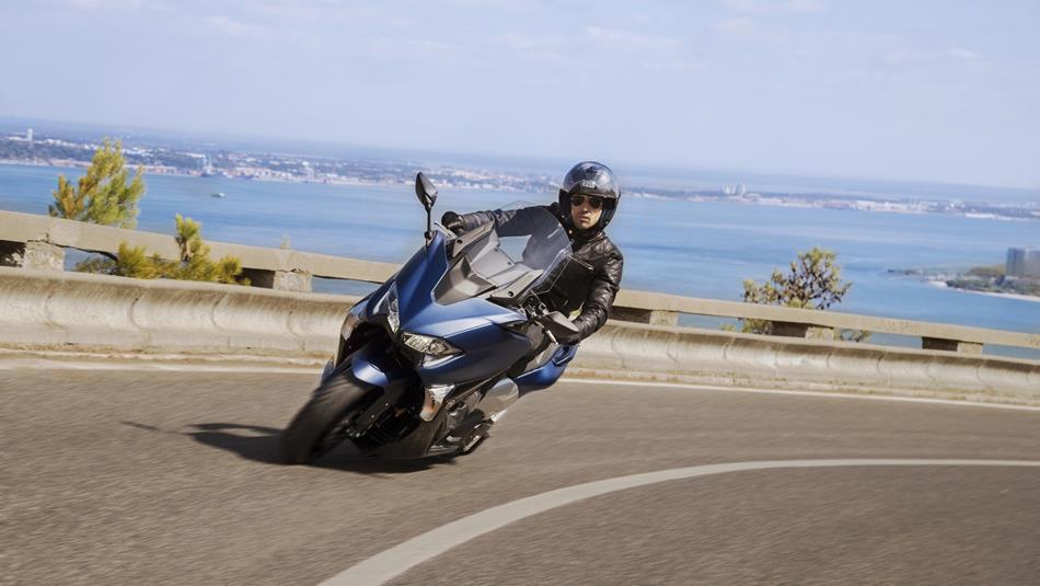 Yamaha TMAX DX EU Phantom-Blue in piega sfondo mare